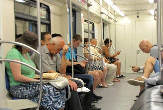 کتابخوانی در متروی  مسکو